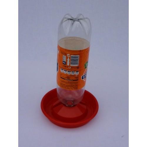 Abreuvoir porte-bouteille pour poussins en plastique